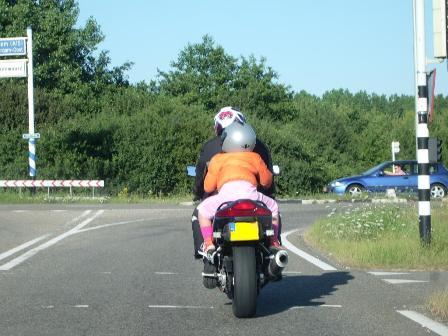 Kind achterop de motor