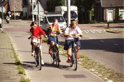jongeren, fietsen, straat, verkeer