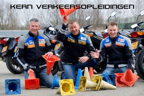 Kern Verkeersopleidingen: vlnr: René Dame, Arjan Koppelaar (beiden van Rijschool Frank) Otto-Hans Koekkoek (Motor- en Autorijschool EMO