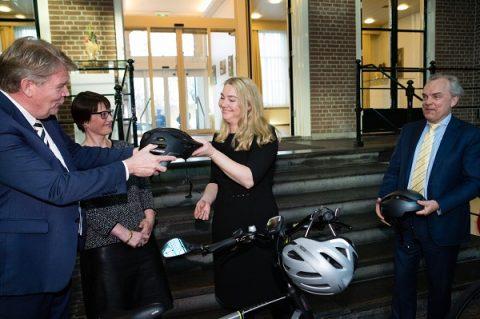 Minister Melanie Schultz van Haegen met een goedgekeurde helm voor speed pedelecs. Foto: RAI Vereniging