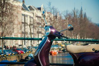 snorfiets. Foto iStock/badahos
