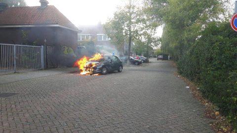 Lesauto in brand in Utrecht. Foto GinoPress