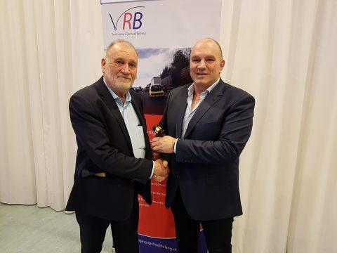Peter van Neck draagt de voorzittershamer van de VRB over aan Eric Bakker