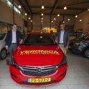 Ernest Alvares (rechts) bij de onthulling van zijn nieuwe Opel Astra. foto Piet Prins