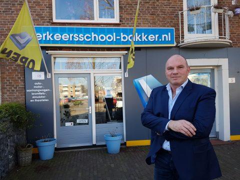 VRB-voorzitter Eric Bakker bij zijn rijschool in Vlijmen