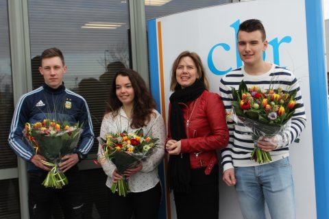 Minister Cora van Nieuwenhuizen (derde van rechts) met de geslaagde kandidaten