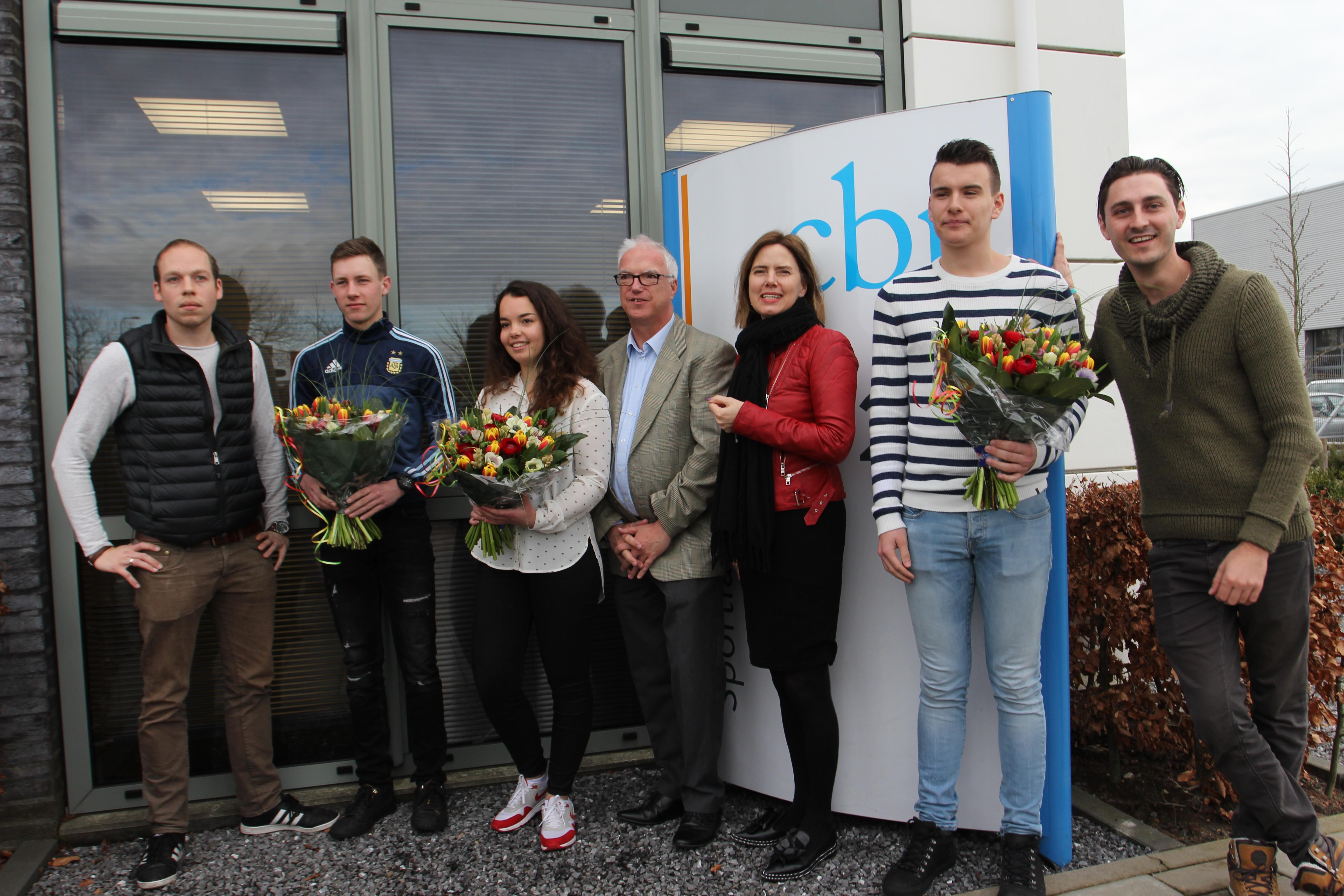 Minister Cora van Nieuwenhuizen (derde van rechts) met de geslaagde kandidaten en hun rijinstructeurs