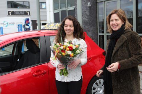 Minister Cora van Nieuwenhuizen met Anne van Nes, een van de geslaagde 17-jarigen