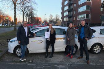 Utrechtse wethouder reikt certificaat uit in bijzin van Veronica Verkeersschool. foto: We Drive Solar