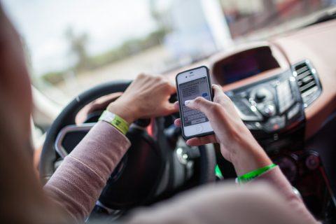 Appen achter het stuur. foto Ford