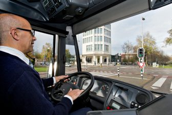 Buschauffeur in GVB-bus. foto GVB