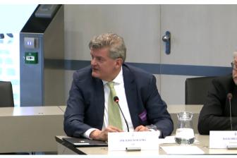 Jan Jurgen Huizing, directeur bedrijfsvoering CBR, tijdens de hoorzitting in de Tweede Kamer.
