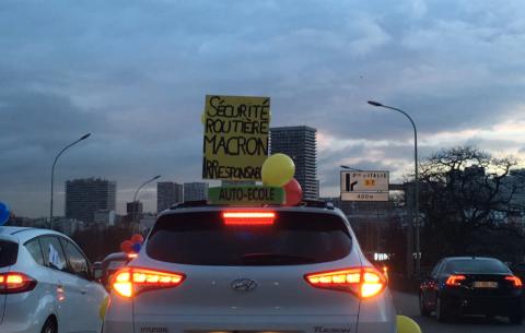Rijscholen blokkeren de wegen in Parijs. foto Twitter/Matthieu Brandely